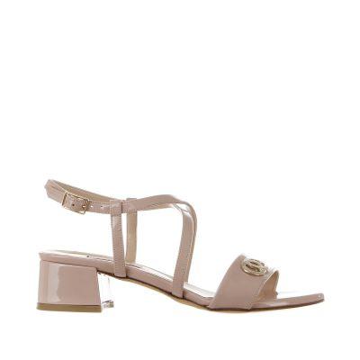 Sandalo in vernice con dettaglio metallico