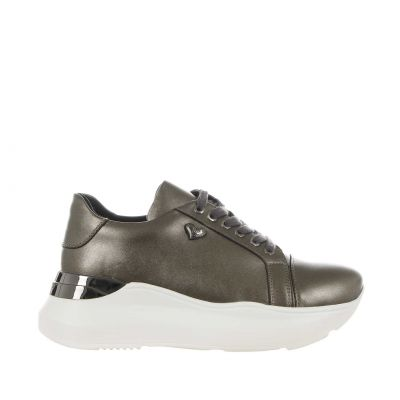 Sneaker in pelle dal finish perlato
